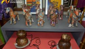 ../images/gallery/souvenir/wood-miniature-in-batik-motif.jpg